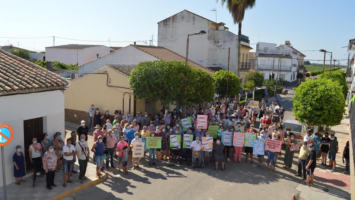 Los vecinos de Ochavillo, durante la concentración de esta mañana.