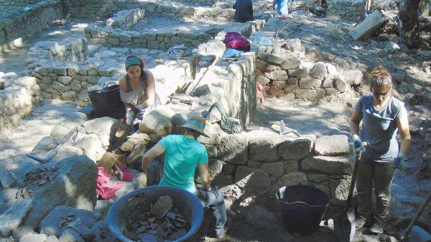 """Arqueólogos desentierran una """"domus"""" del castro de Armea"""