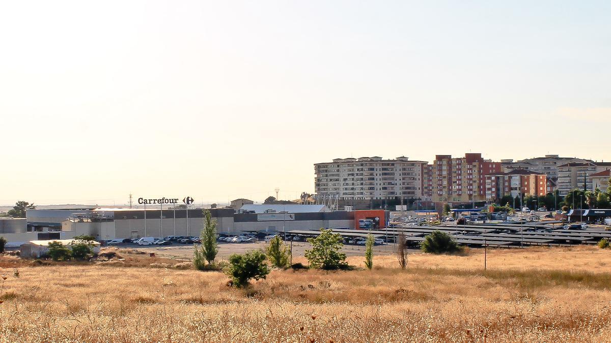 Foto de archivo de las casi 4 hectáreas que están entre el hipermercado de Carrefour y la avenida del Ferrocarril.