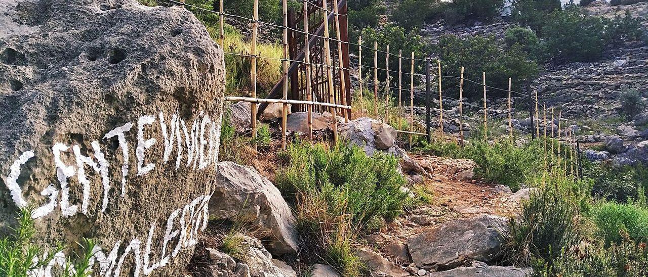 La empalizada de cañas y alambre que ahora rodeada la Caseta del Sariero