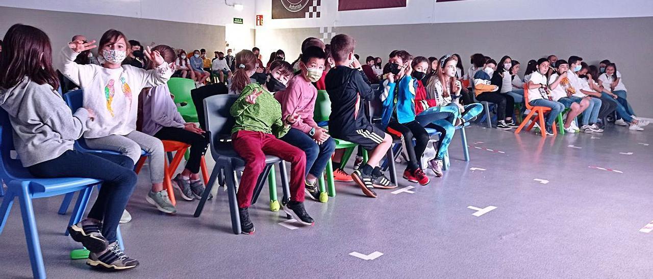 Los niños del colegio noreñense, durante su festival de cine.   A. Illescas