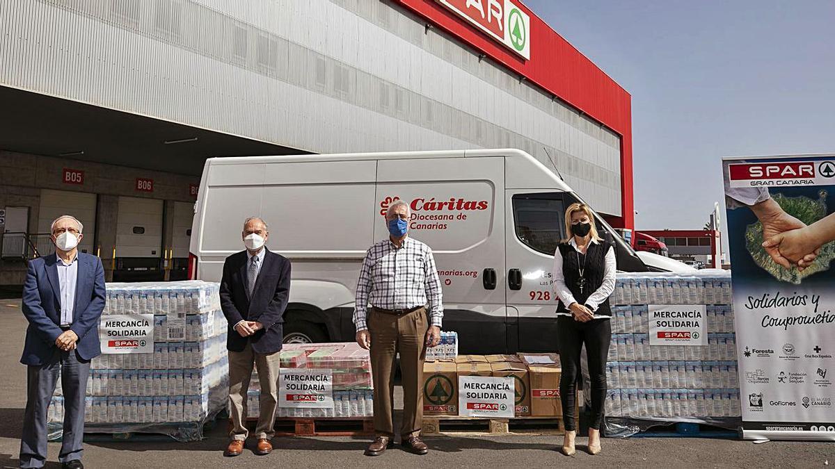 Ángel Medina, Dunia Pérez y Manuel Pérez, en el momento de la donación a Gonzalo Marrero. | | LP/DLP