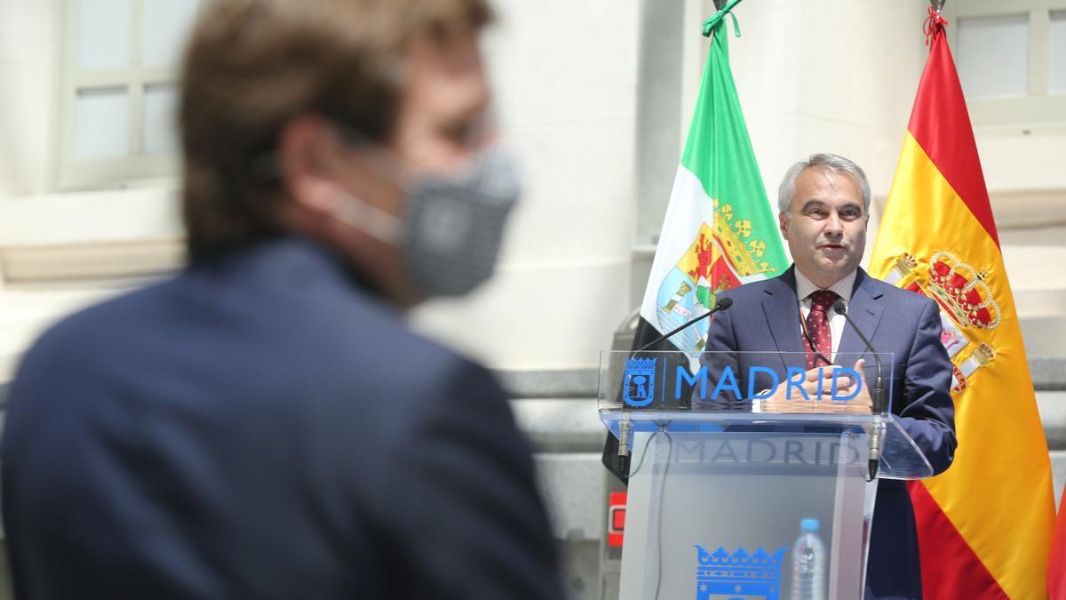 El alcalde de Madrid, José Luis Martínez-Almeida, escucha la intervención del alcalde de Badajoz, Javier Fragoso.