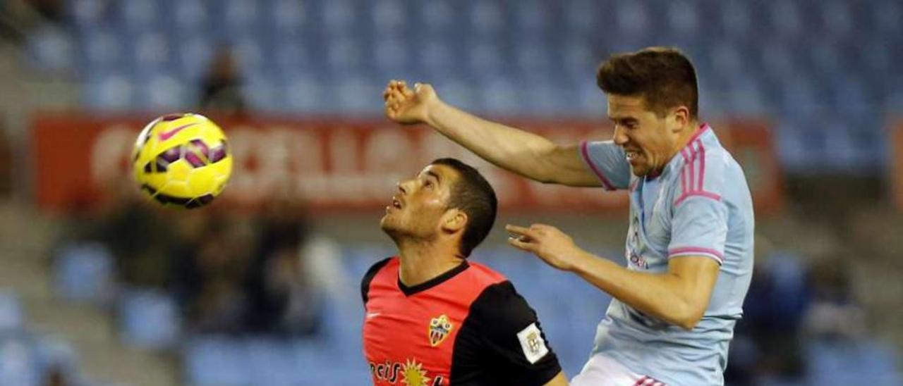 Fontás y Hemed disputan el balón en el partido del viernes pasado en Balaídos. // Marta G.Brea