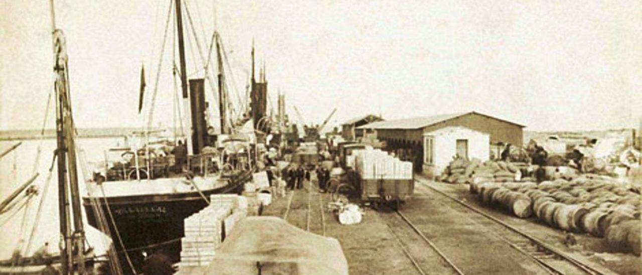 Dos imágenes que forman parte de la exposición virtual de Valenciaport. A la izquierda, los muelles y los tinglados de Gandia. A la derecha, labores de estiba en un buque.