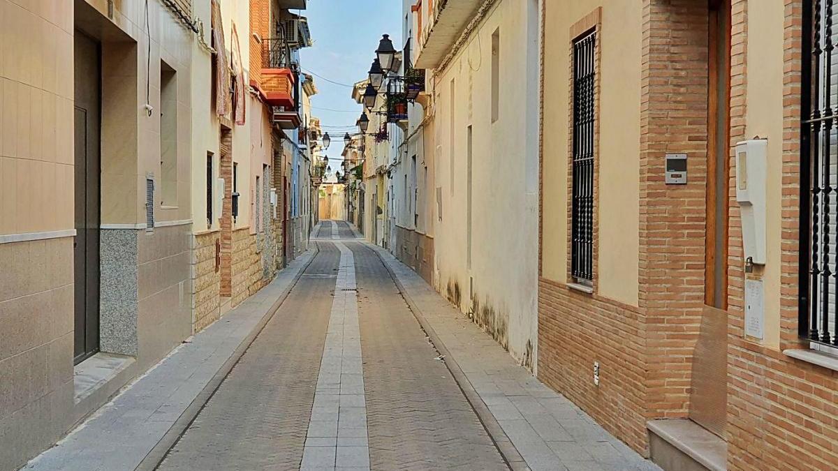 Una de las céntricas calles de La Pobla de Vallbona con viviendas protegidas.