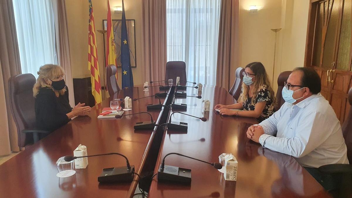 El presidente del GAL Maestrat Plana Alta, Domingo Giner, junto con miembros de la Agencia Valenciana Antidespoblación, ayer en una reunión.