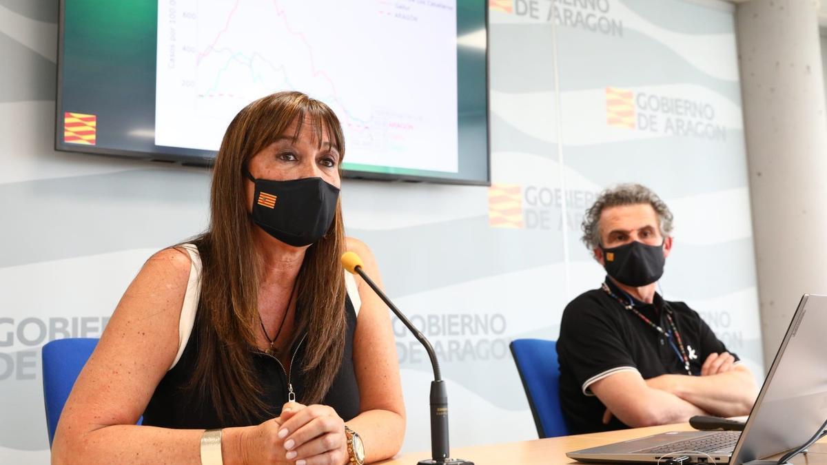 La consejera de Sanidad de Aragón, Sira Repollés, junto al director general de Salud Pública, Francisco Javier Falo, en la rueda de prensa.