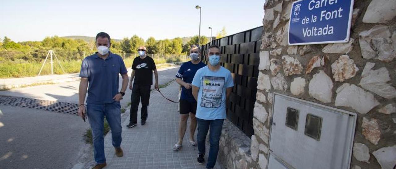 Vecinos de El Mistero pasean por una de las calles rotuladas en 2017. | PERALES IBORRA