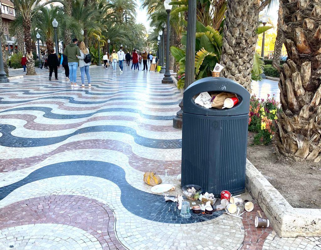 Esta es la imagen de la Explanada de Alicante: bolsas, envases, desechos... y cubos de basura al límite