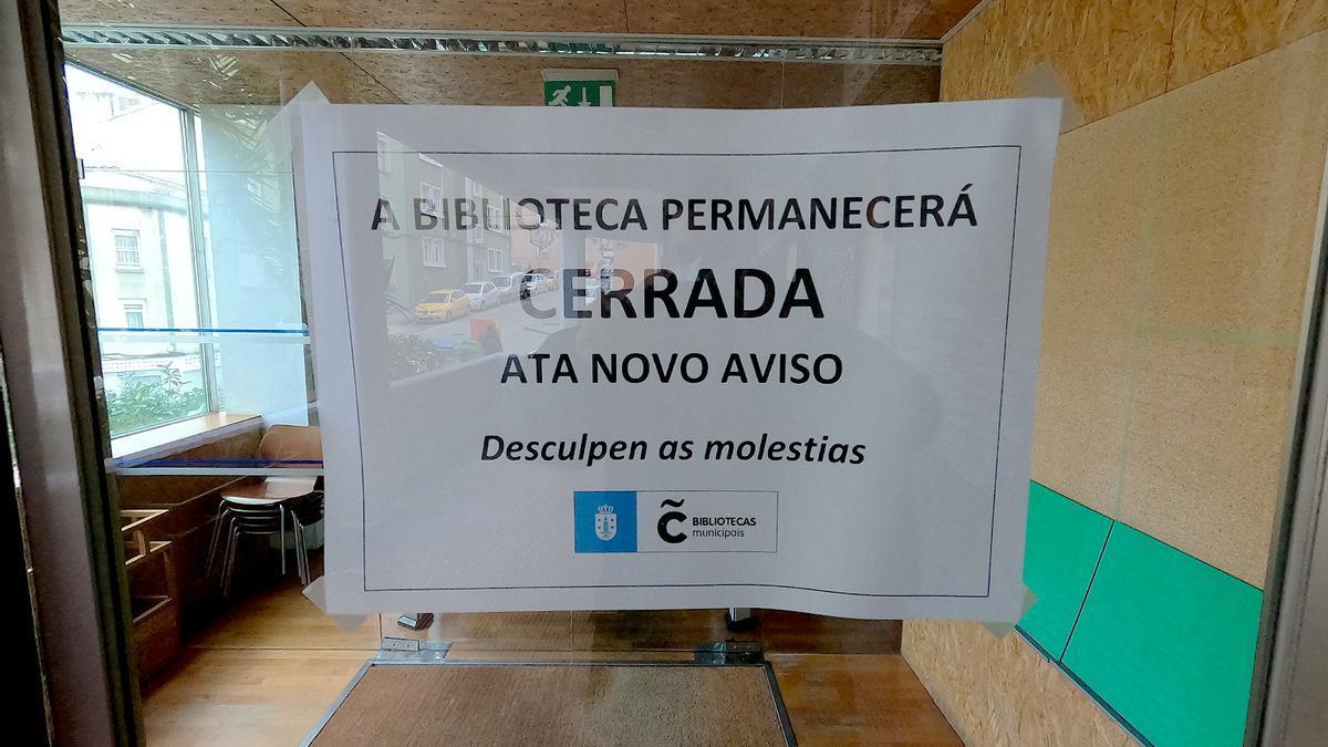 Cartel informativo en la entrada de la biblioteca