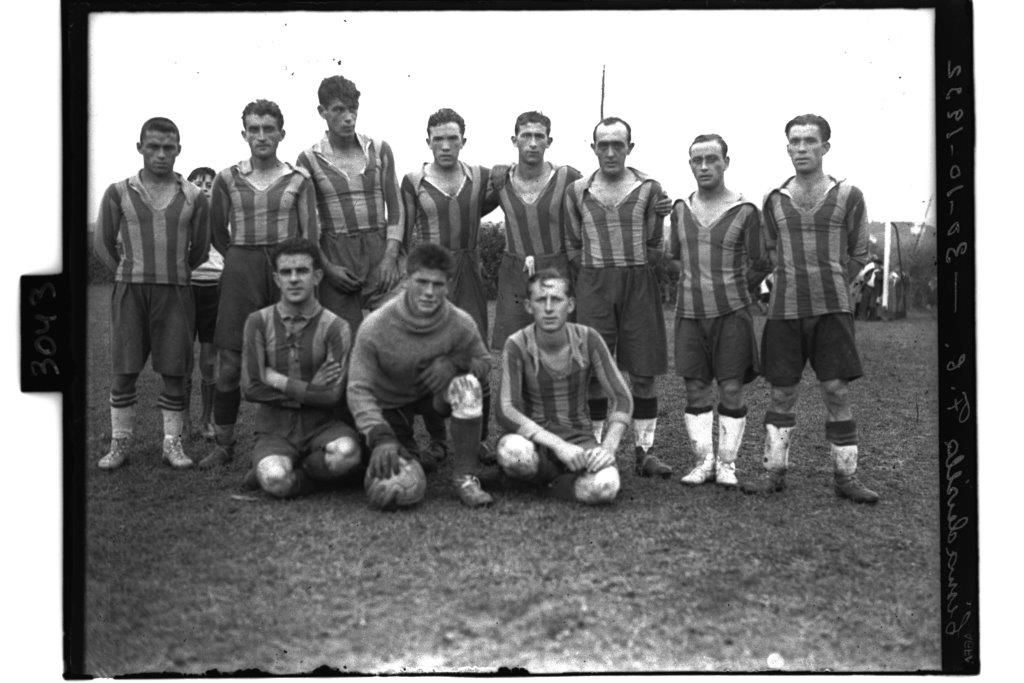 Cimadevilla Club de Futbol, 1932. Camiseta a rayas azules y amarillas, colores de la bandera de Cimavilla..jpg