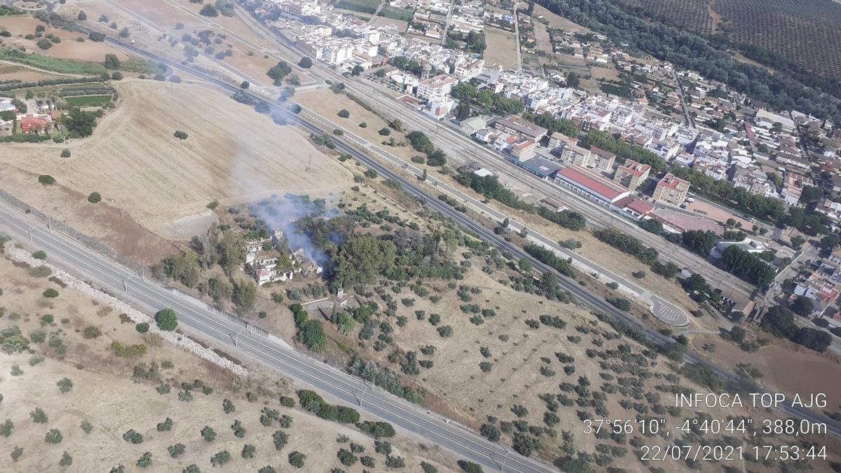 El Infoca actúa sobre una finca próxima a Alcolea llamada Valenzoneja.