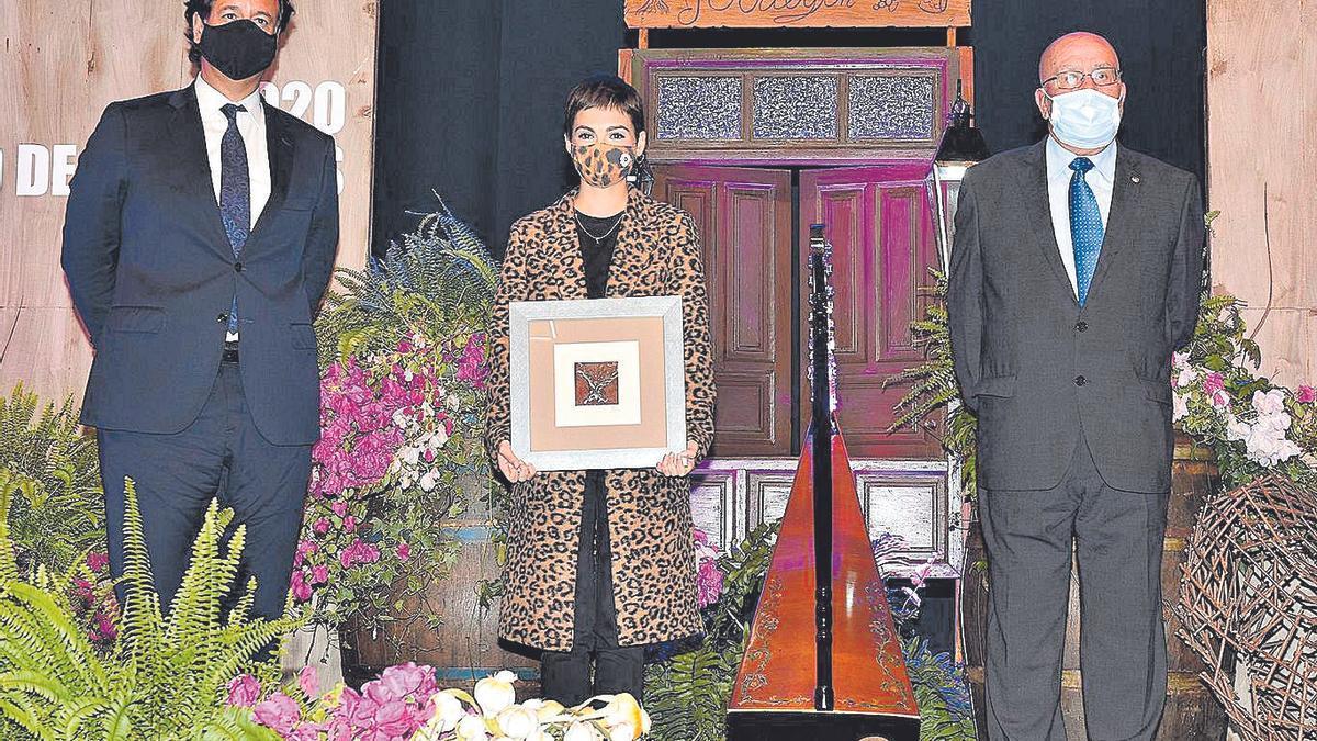 El alcalde de Icod, Francis González, y el presidente del CIT, Antonio García, entregaron el galardón a Andrea Abreu.