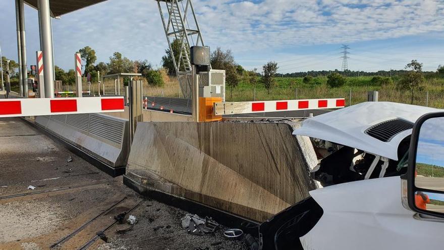 Un conductor s'encasta contra un bloc de formigó al peatge de Vilademuls de l'AP-7