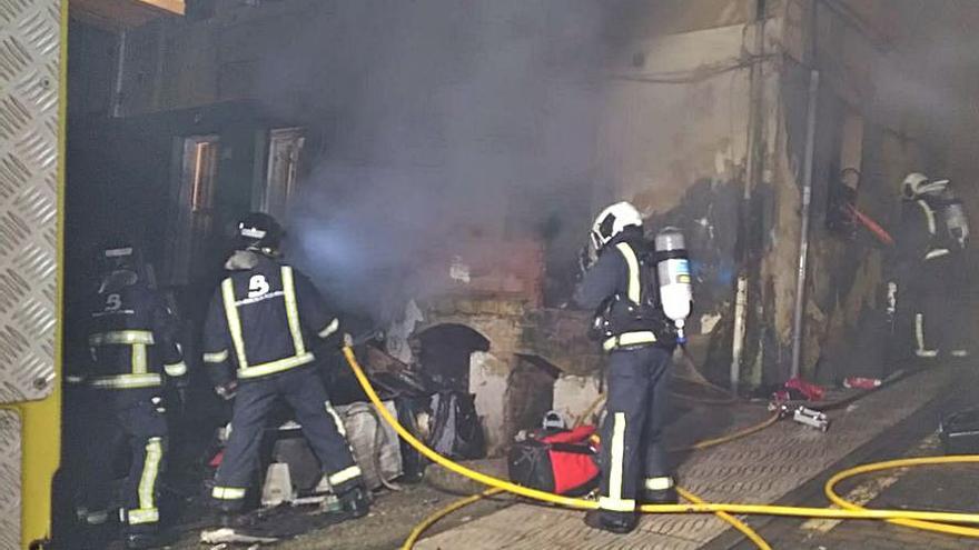 Los bomberos sofocan un fuego en tres horas en Langreo