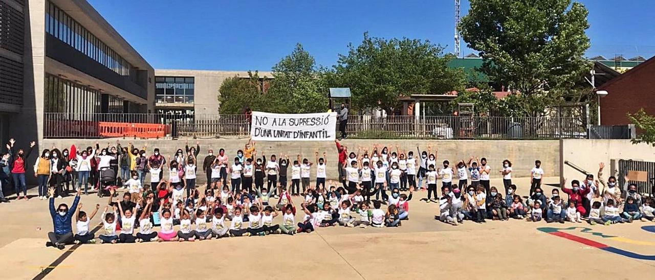 Alumnos, padres y profesores concentrados en el patio del colegio contra la supresión.   LEVANTE-EMV