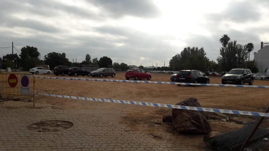 El aparcamiento ilegal de Miraflores vuelve a estar ocupado tras ser arrancada una de las vallas