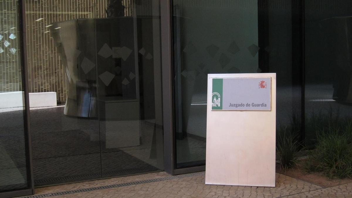 Puerta de acceso al Juzgado de Guardia en la Ciudad de la Justicia de Córdoba.