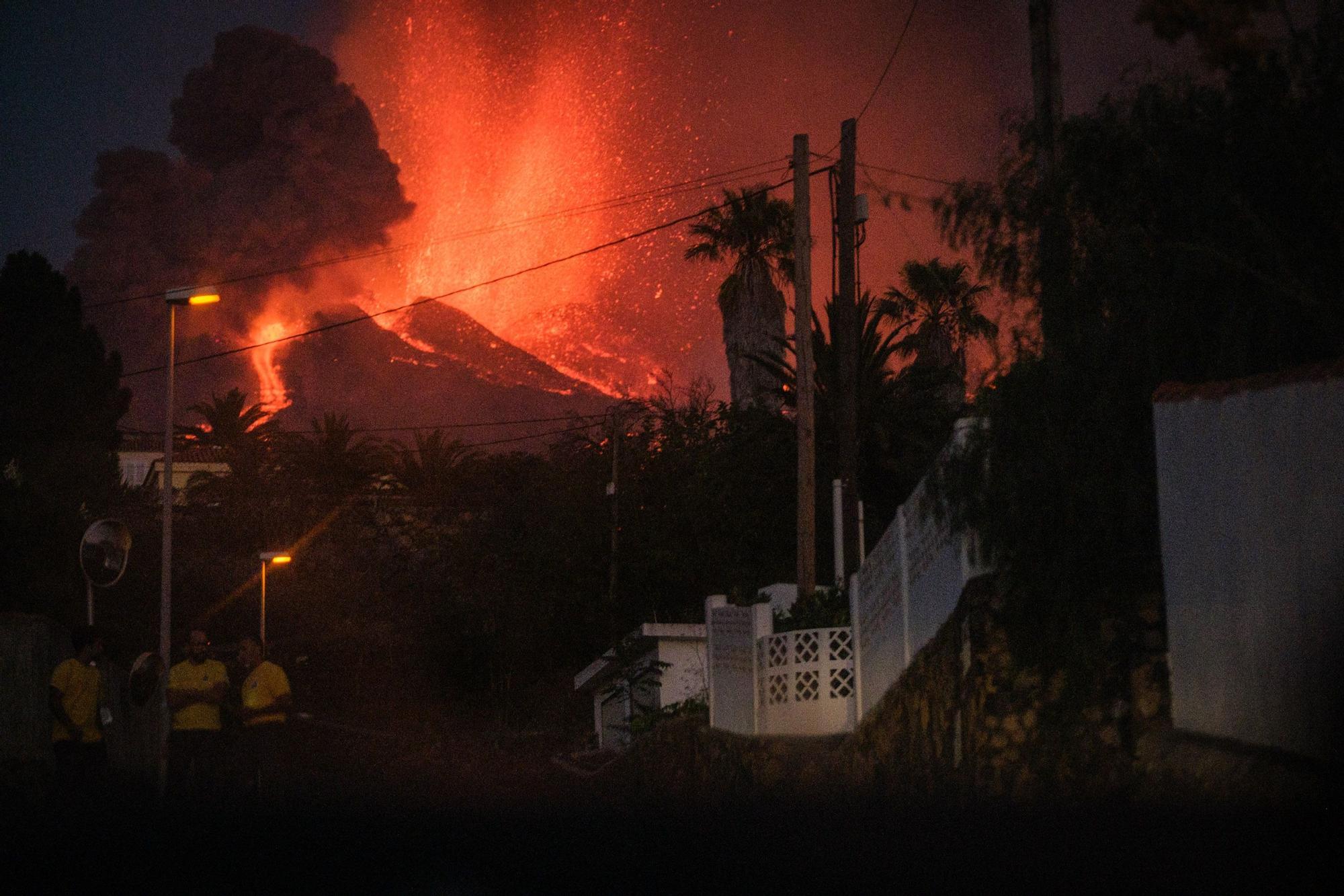 El espectáculo del volcán de La Palma al caer la noche