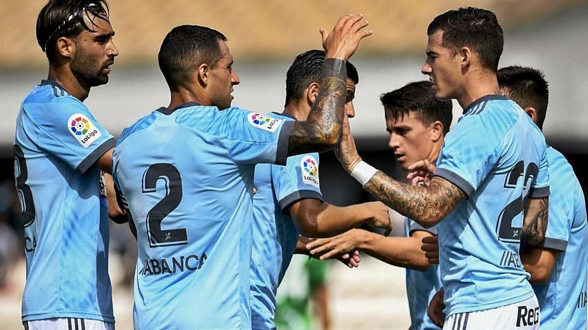 Los jugadores celebran el gol de Santi Mina que abría el marcador. // RCCELTA