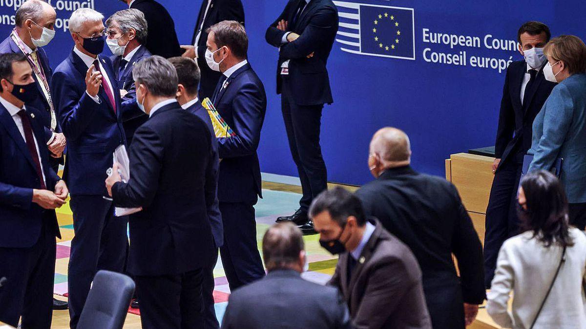 Los líderes europeos conversan, ayer, a su llegada a la cumbre en Bruselas.