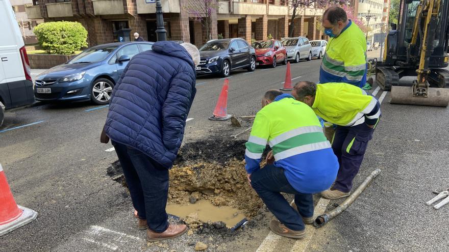 El reventón de una tubería obliga a cortar un carril de la calle Calvo Sotelo