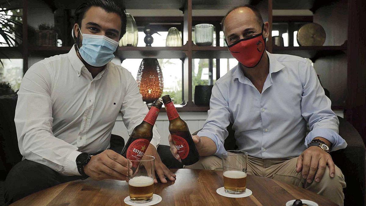 Rubén Forcada, relaciones externas de Estrella DAMM en Balears, y el gerente de Diario de Mallorca, Sebastián Oliver, brindan con la cerveza  de esta marca en el hotel Portitxol con motivo del 19 Torneo de Pádel que organiza este rotativo.