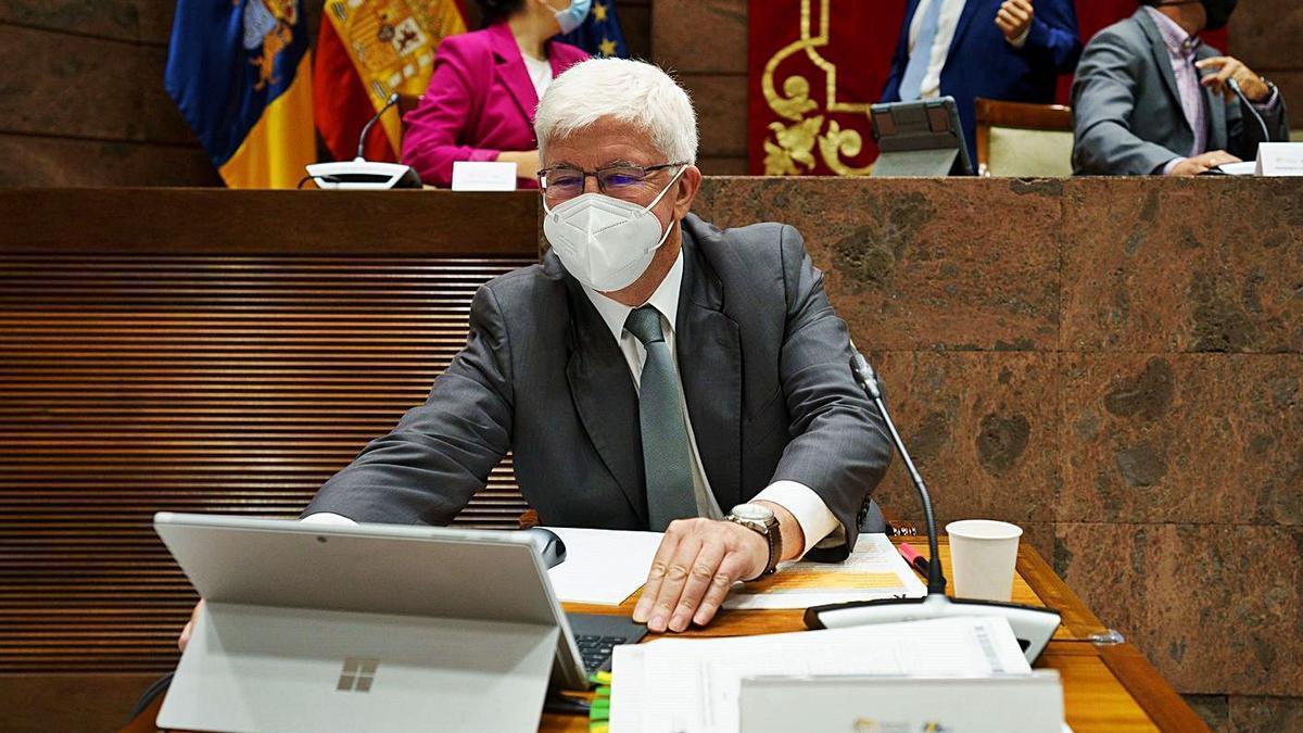 Pedro Pacheco, presidente de la Audiencia de Cuentas de Canarias, ayer en el Parlamento.
