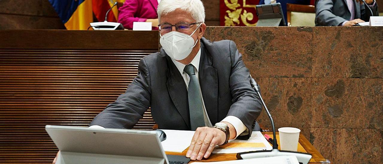 Pedro Pacheco, presidente de la Audiencia de Cuentas de Canarias, ayer en el Parlamento. | | EFE