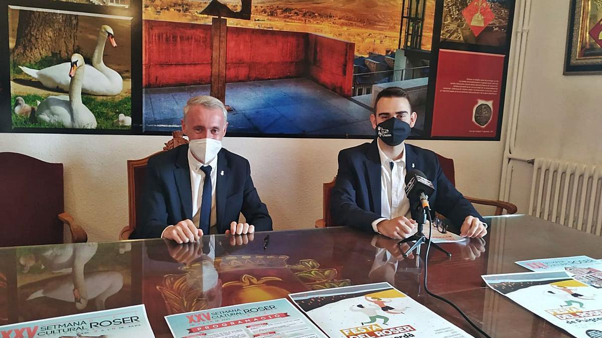 El regidor de Cultura, Àlex Rubio i l'alcalde, Albert Piñeira, ahir durant la presentació | ANDREA IZQUIERDO