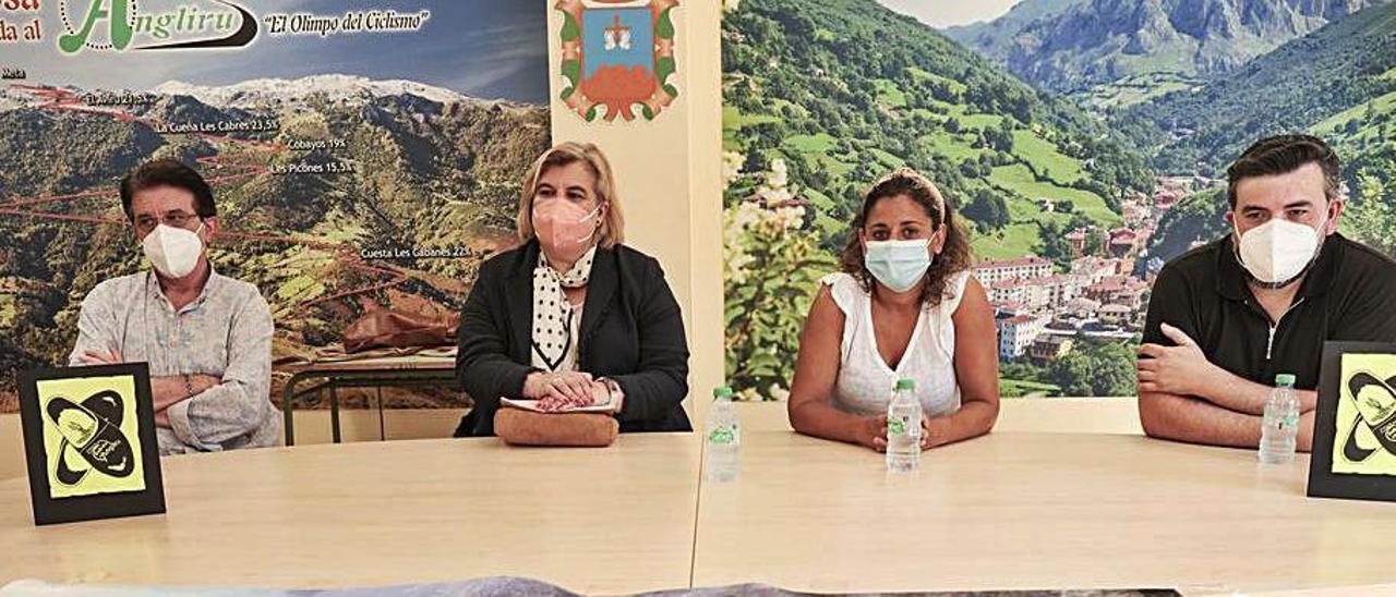Por la izquierda, Alejandro de Ancos, Ana Díaz, Beatriz Álvarez y Juan Carlos Álvarez, ayer, en Riosa, durante la presentación de la prueba. | Irma Collín