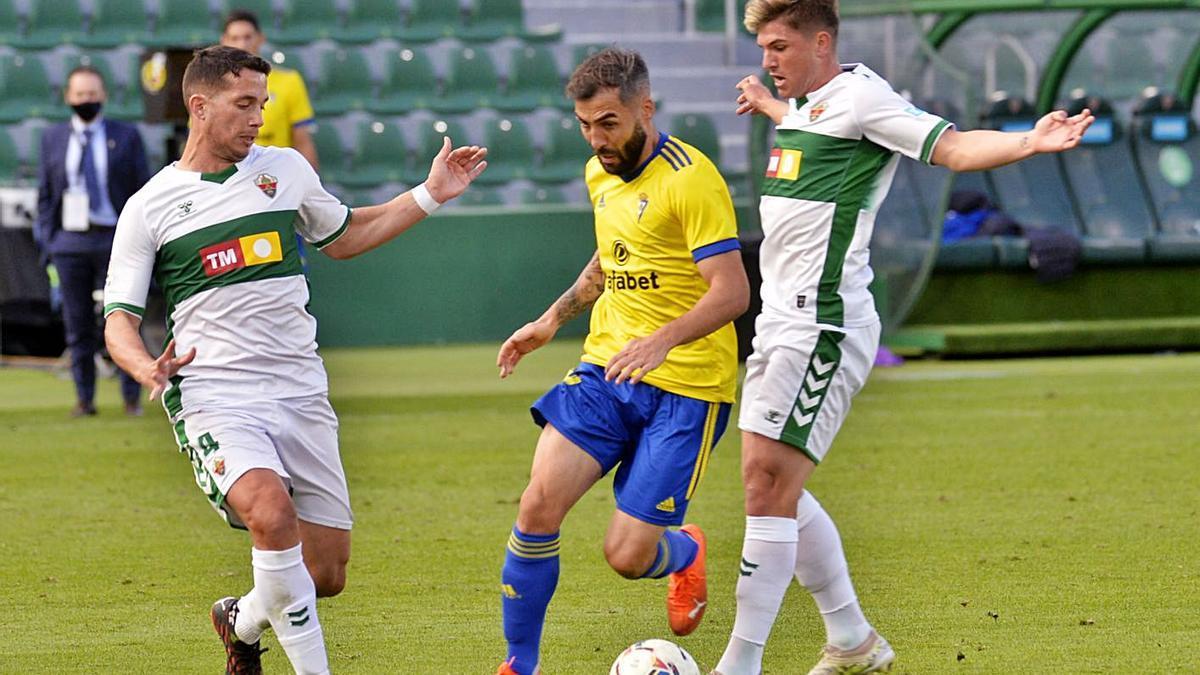 Iván Marcone y Raúl Guti presionan a un jugador del Cádiz, el pasado sábado.