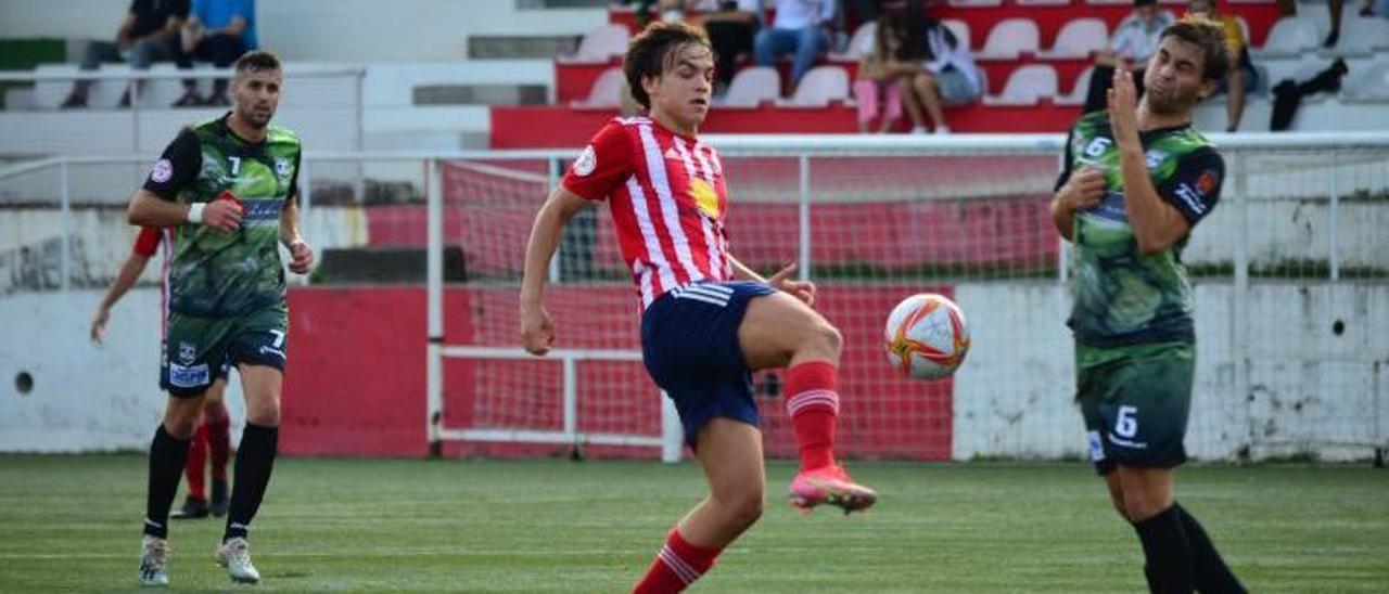 Cacheda golpea el balón ante la presencia de un futbolista del Atlético Arnoia. |  // GONZALO NÚÑEZ