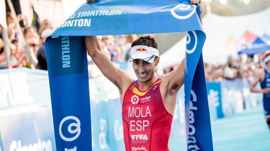 Mario Mola acaricia su tercer título en el Mundial de triatlón