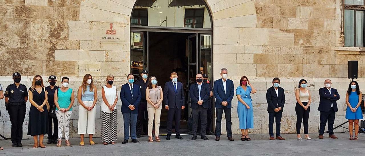 Concentración de este miércoles en València para repudiar el crimen, a la que acudió el alcalde.  |