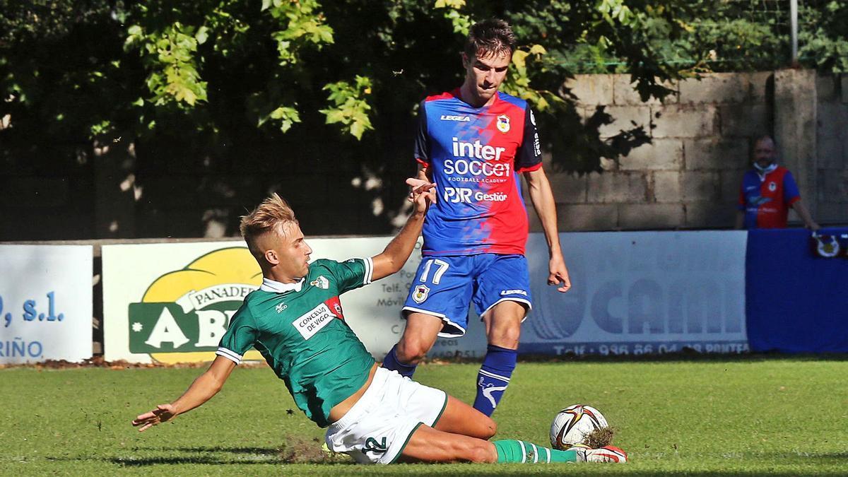 Gandoy, del Coruxo, le arrebata el balón al asturiano Álvaro, durante el partido de ayer disputado en el campo de Pardellas. // MARTA G. BREA