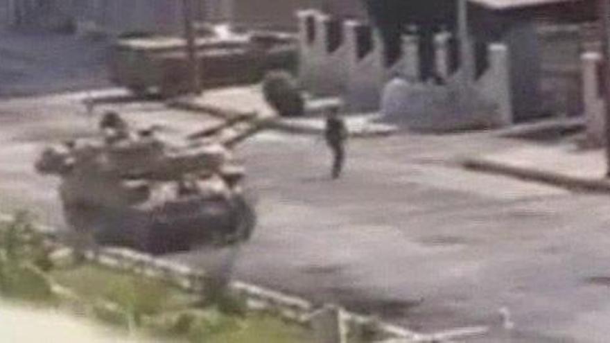 Un tanque de guerra rodando por un vecindario de Miami causa sorpresa