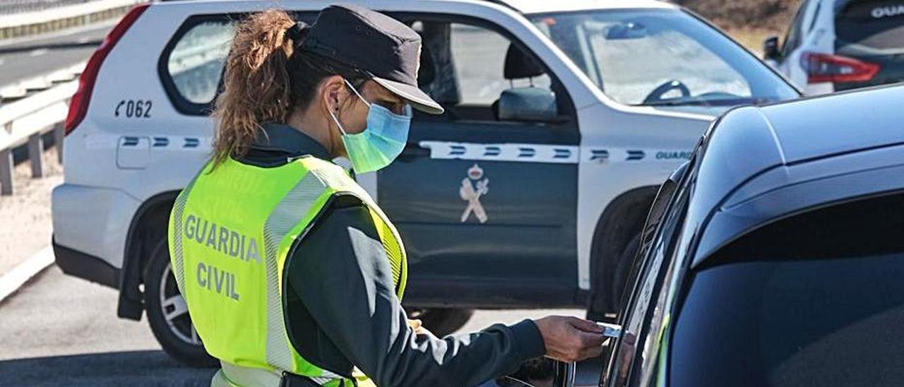La Guardia Civil controla un acceso a la provincia. | ÁXEL ÁLVAREZ