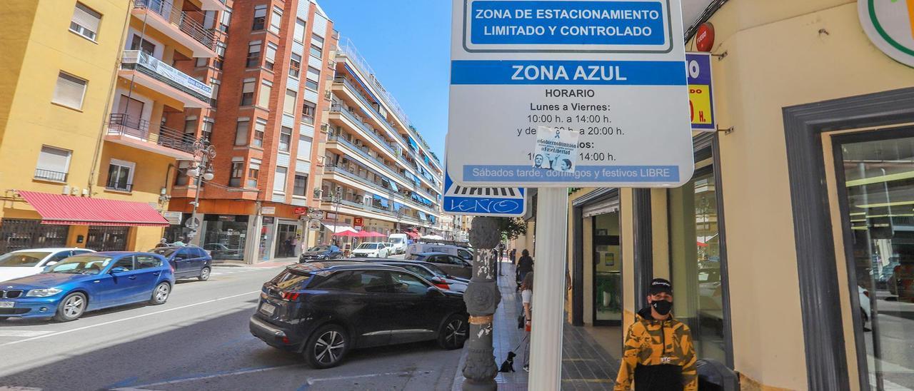 Estacionamiento de zona azul en la avenida Duque de Tamames.    TONY SEVILLA