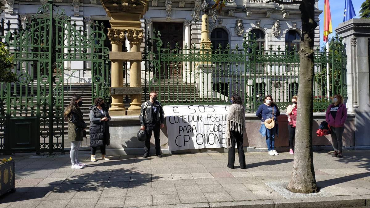 Padres del colegio de Olloniego, concentrados frente a la Junta.