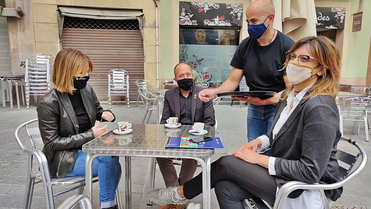Les regidores Cruz i Masgrau i l'alcalde Aloy, ahir en una terrassa de la plaça Major   CARLES BLAYA