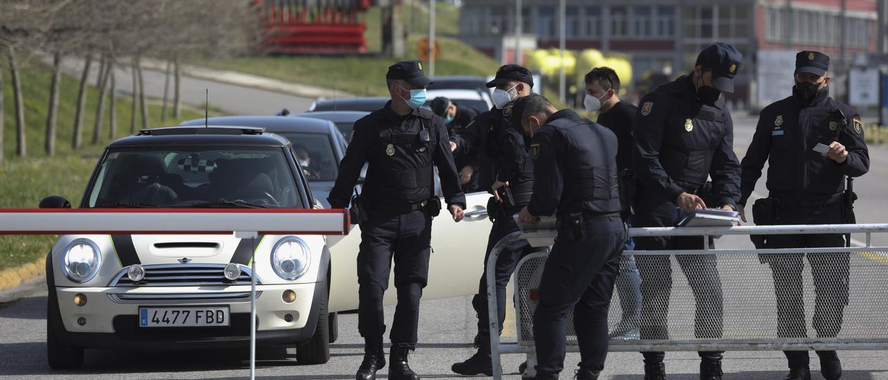 La intervención policial, ayer, en Alu Ibérica
