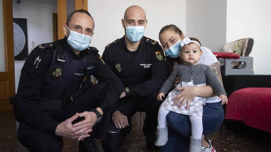 Dos policías salvan a una bebé de 22 meses de morir asfixiada