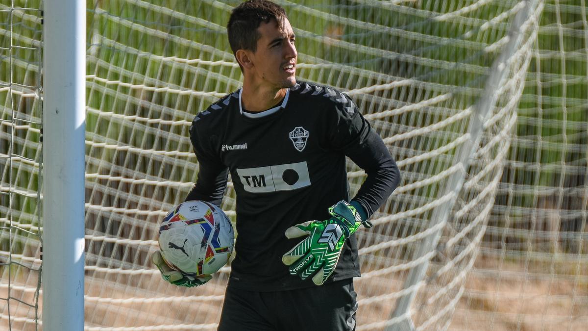 El portero del Elche CF Edgar Badia durante un entrenamiento