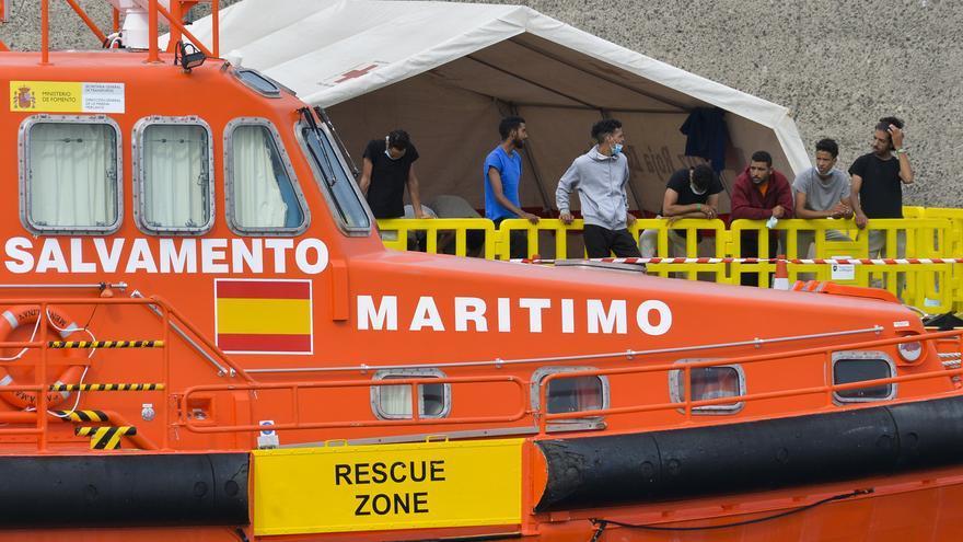Migrantes y pateras en el puerto de Arguineguín