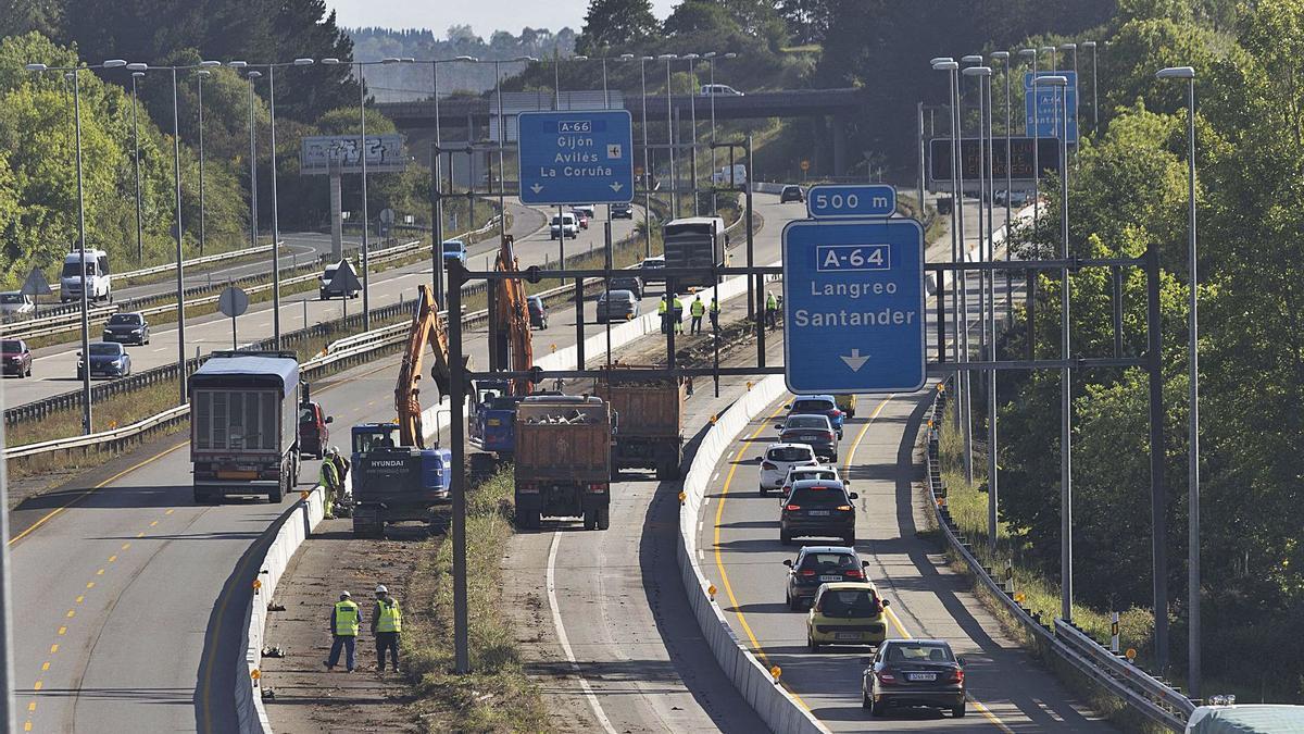 """Obras para la construcción del tercer carril de la """"Y"""" en la zona de Paredes, en la confluencia con la A-64 (Oviedo-Villaviciosa).   Miki López"""
