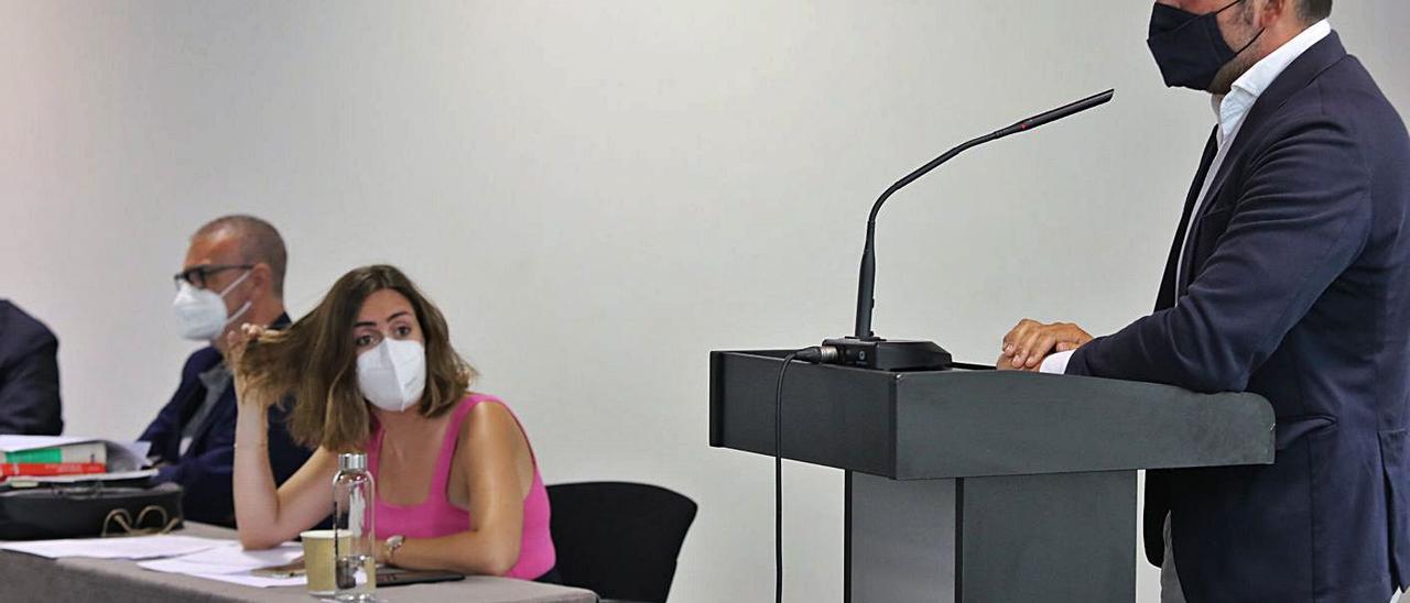 La edil de Compromís, Esther Díez, y el concejal del PP, Pablo Ruz, este lunes en el pleno. | ANTONIO AMORÓS