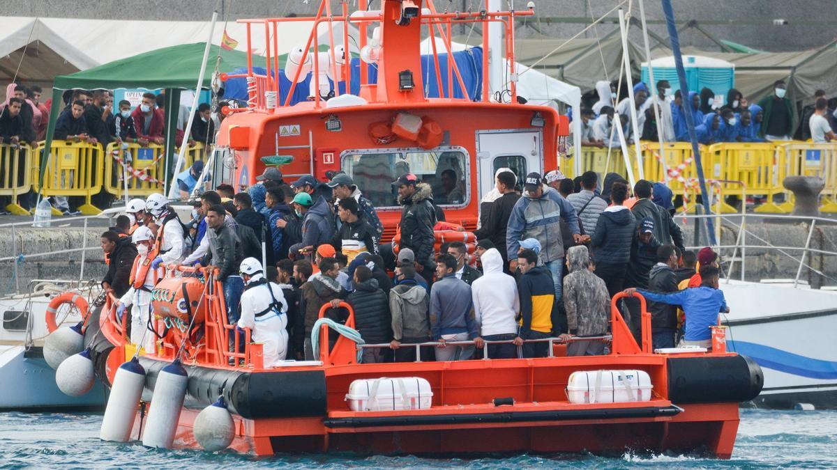 Llegada de la Salvamar Menkalinan al muelle de Arguineguín (Gran Canaria) con más de un centenar de inmigrantes
