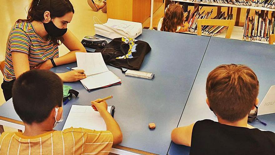 Sis monitors ofereixen ajuda a joves d'Olesa amb dificultats d'aprenentatge